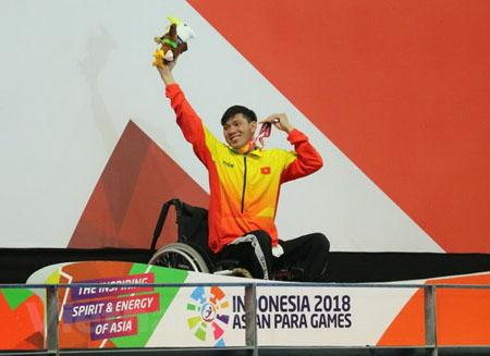 Võ Thanh Tùng trên bục nhận huy chương.