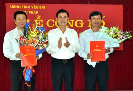 Đồng chí Nguyễn Chiến Thắng - Ủy viên Ban Thường vụ Tỉnh ủy, Phó chủ tịch UBND tỉnh trao Quyết định của Chủ tịch UBND tỉnh và tặng hoa chúc mừng hai tân Phó giám đốc sở Tư pháp.
