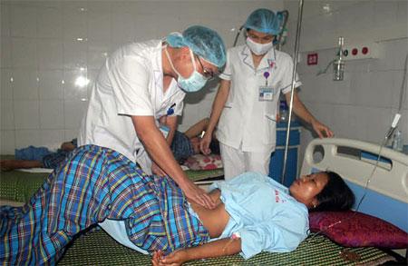 Bác sỹ Trung tâm Y tế huyện Văn Yên thăm khám bệnh nhân sau phẫu thuật.