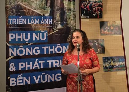 Trưởng văn phòng UN Women tại Việt Nam Eliza Fernandez phát biểu khai mạc Triển lãm ảnh.