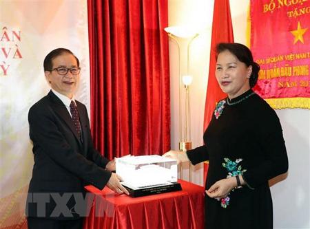 Chủ tịch Quốc hội Nguyễn Thị Kim Ngân tặng quà lưu niệm cho Đại sứ quán.