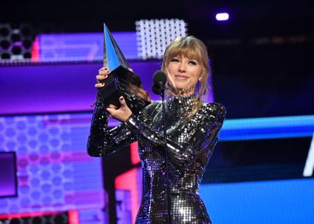 Taylor Swift nhận giải thưởng