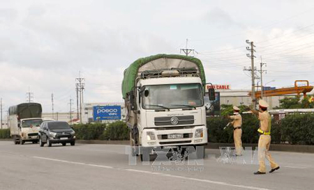 Xử lý nghiêm tình trạng xe quá tải hoạt động trên quốc lộ.