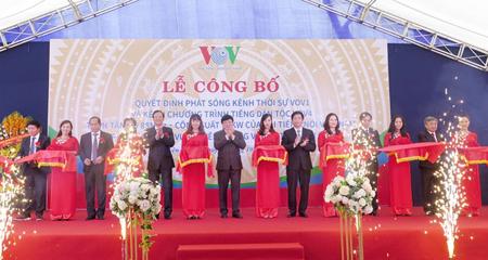 Các đại biểu cắt băng công bố quyết định phát sóng kênh VOV1, VOV4 khu vực Tuyên Quang và các tỉnh lân cận.