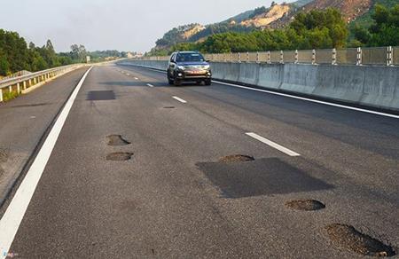 Cao tốc Đà Nẵng - Quảng Ngãi vừa thông xe mới hơn 1 tháng nhưng đã xuất hiện nhiều điểm ổ gà, rạn nứt mặt đường, gây nguy hiểm cho người và phương tiện tham gia giao thông.