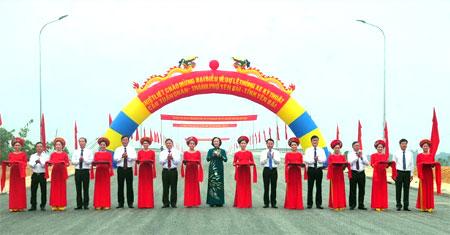 Các đồng chí lãnh đạo tỉnh cắt băng thông xe kỹ thuật cầu Tuần Quán.