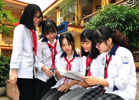 Các em học sinh Trường THCS Lê Hồng Phong trao đổi bài.