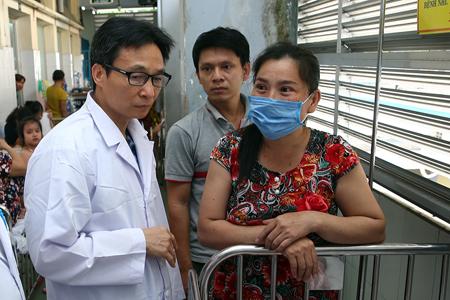 Phó Thủ tướng động viên gia đình có người bệnh đang điều trị tại Bệnh viện Nhi đồng 1 TPHCM.