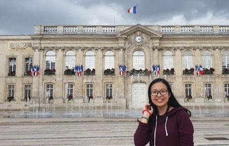Đặng Hoàng Trang - thủ khoa tốt nghiệp xuất sắc của Học viện Nông nghiệp Việt Nam hiện du học tại Pháp theo học bổng toàn phần của Liên minh châu Âu.