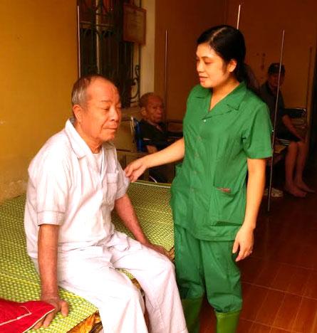 Cán bộ Trung tâm Công tác xã hội và Bảo trợ xã hội tỉnh chăm sóc người già cô đơn tự nguyện.