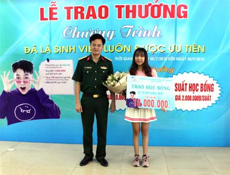 Ông Vũ Xuân  Hoàn - Giám đốc Viettel Yên Bái trao học bổng trị giá 10 triệu đồng cho sinh viên Đinh Phương Thảo ở thành phố Yên Bái.
