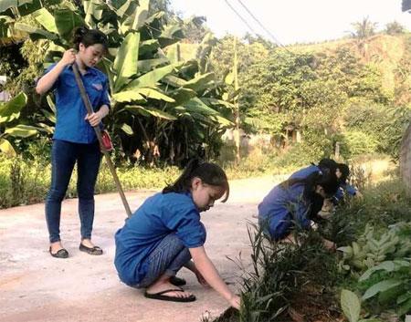 Đoàn viên, thanh niên xã Đại Đồng chăm sóc đường hoa thanh niên tại thôn Hương Lý.