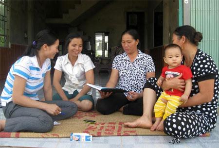 Cán bộ Hội Phụ nữ xã Bảo Hưng, huyện Trấn Yên tuyên truyền, phổ biến pháp luật cho hội viên.