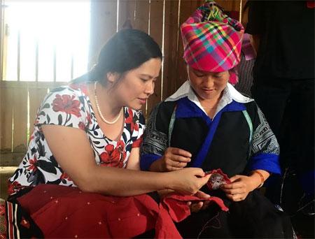 Đồng chí Hoàng Phương Thúy - Phó Chủ tịch Hội Liên hiệp Phụ nữ tỉnh tìm hiểu hoạt động của nhóm thêu thổ cẩm theo tiêu chuẩn Craftlink tại xã Chế Cu Nha, huyện Mù Cang Chải.
