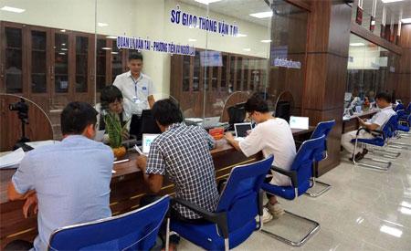 Công dân làm TTHC tại bộ phận giao dịch của Sở Giao thông - Vận tải tại Trung tâm Phục vụ Hành chính công.