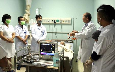 Chuyên gia của Bệnh viện Bạch Mai hỗ trợ chuyên môn cho các bác sỹ Bệnh viện Đa khoa tỉnh