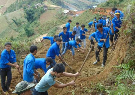 ĐVTN huyện Mù Cang Chải giúp dân tu sửa đường giao thông nông thôn.