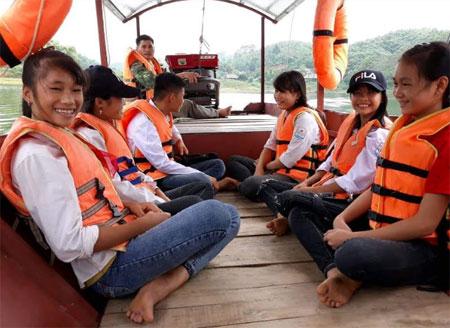 Anh Lý Văn Thiểu tình nguyện lái thuyền đưa các em học sinh đến trường.
