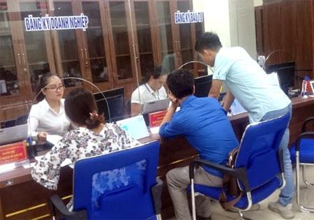 Người dân đến đăng ký thành lập mới doanh nghiệp tại Trung tâm Phục vụ hành chính công tỉnh Yên Bái.