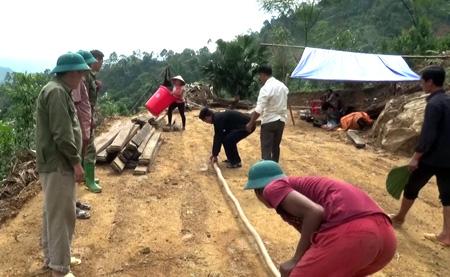 Đo đạc diện tích đất ông Đặng Hữu Tài hiến cho các hộ dân bị ảnh hưởng bởi bão lũ.