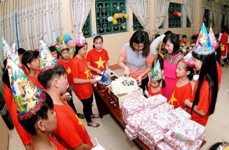 Nhóm Kết nối trẻ cùng các nhà tài trợ tổ chức sinh nhật cho trẻ tại Trung tâm Công tác xã hội và Bảo trợ xã hội tỉnh.