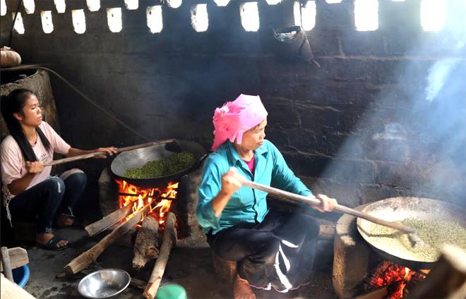 Hai mẹ con chị Hoàn Thị Nơi - bản Tun, xã Tú Lệ mỗi ngày làm được khoảng 5 kg cốm.