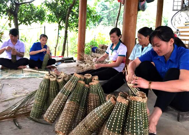 Chị Tăng Thị Đàm (ngoài cùng bên phải) tích cực vận động nhân dân phát triển kinh tế.