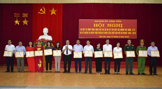 Lãnh đạo huyện Văn Yên khen thưởng các tập thể, cá nhân có thành tích xuất sắc trong thực hiện Chỉ thị 05-CT/TW giai đoạn 2016 - 2019.