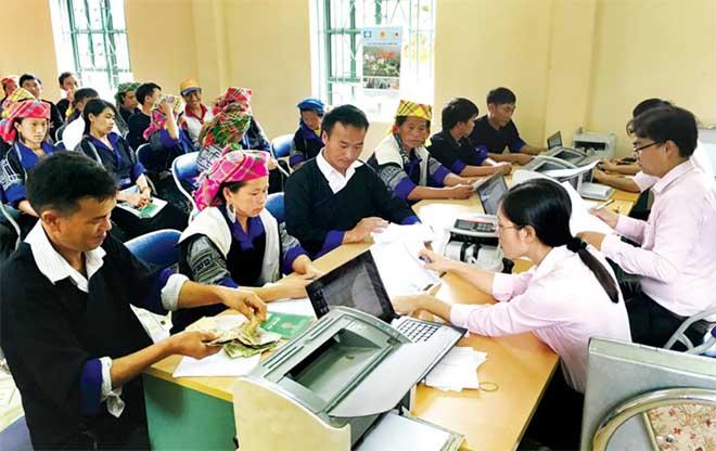 Một buổi giải ngân cho vay hộ nghèo của Ngân hàng Chính sách xã hội huyện Mù Cang Chải. (Ảnh: T.L)