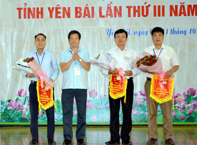 Đại diện Ban Tổ chức tặng hoa và cờ lưu niệm cho các đơn vị tham gia Hội thi.