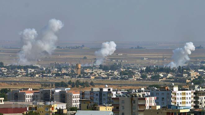 Khói bốc lên từ thành phố Ras al-Ain (Syria) sau cuộc tấn công của Thổ Nhĩ Kỳ nhằm vào lực lượng người Kurd, ngày 12/10/2019.