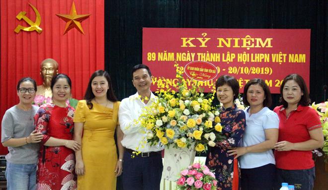 Đồng chí Dương Văn Tiến – Phó Chủ tịch UBND tỉnh, Trưởng Ban vì sự tiến bộ của phụ nữ tỉnh tặng hoa chúc mừng Hội LHPN tỉnh nhân kỷ niệm 89 năm Ngày thành lập Hội Liên hiệp Phụ nữ Việt Nam.