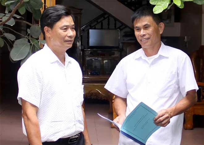 Đồng chí Nguyễn Đức Hội (bên phải) trao đổi với đồng chí Phó Bí thư Thường trực Đảng ủy xã Văn Tiến về triển khai thực hiện nhiệm vụ quý IV/2019.