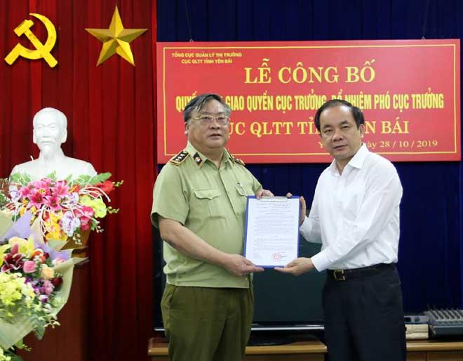 Phó Chủ tịch Thường trực UBND tỉnh Tạ Văn Long và lãnh đạo Tổng cục QLTT trao Quyết định giao quyền Cục trưởng Cục QLTT tỉnh Yên Bái cho đồng chí Phan Bá Hùng