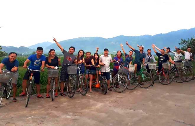 Sử dụng dịch vụ du lịch cộng đồng, du khách trải nghiệm tại cánh đồng Mường Lò.