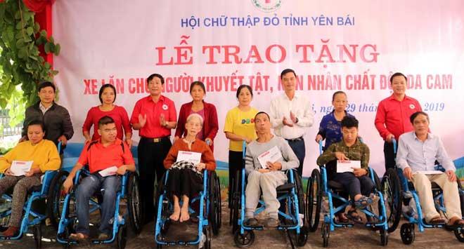 Đồng chí Dương Văn Tiến - Phó Chủ tịch UBND tỉnh và lãnh đạo các sở, ban ngành trao xe lăn cho người khuyết tật, nạn nhân chất độc da cam.