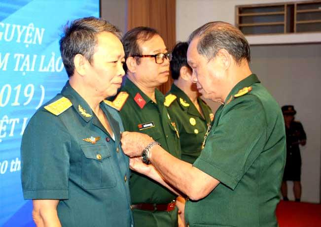 Đồng chí Nông Phương Nam – Trưởng Ban liên lạc Sư đoà n 316 Yên Bái trao Kỷ niệm chương cho các đại biểu về dự buổi gặp mặt.
