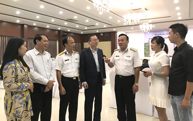 Các đại biểu trao đổi kinh nghiệm tuyên truyền bên lề Hội nghị.