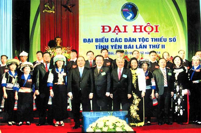 Các đồng chí lãnh đạo Đảng, Nhà nước, Ủy ban Dân tộc và lãnh đạo tỉnh với các đại biểu dự Đại hội Đại biểu các dân tộc thiểu số tỉnh Yên Bái lần thứ II.