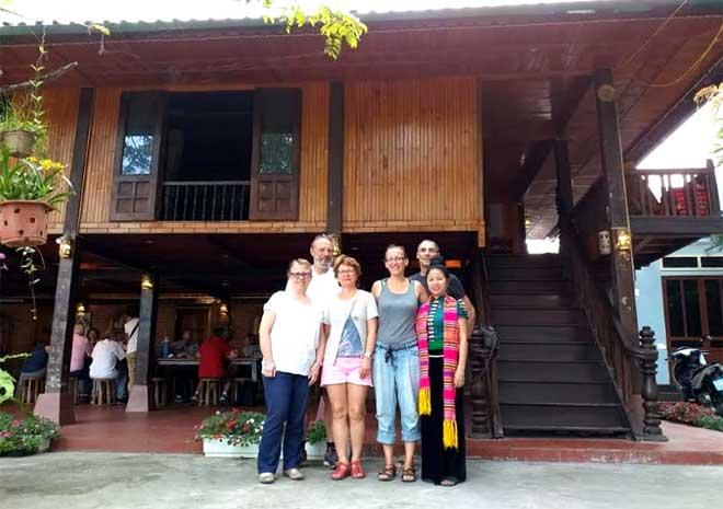Những ngôi nhà sàn mang hình dáng cổ xưa luôn thu hút khách nước ngoài đến tham quan, nghỉ dưỡng.