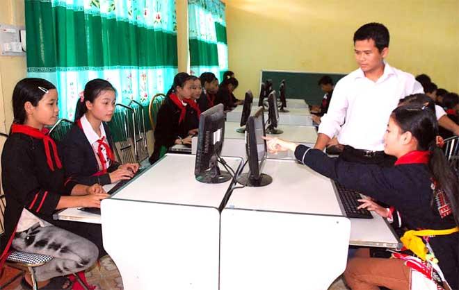 Giờ học thực hành môn Tin học của học sinh Trường Phổ thông Dân tộc nội trú Trung học cơ sở huyện Trấn Yên.