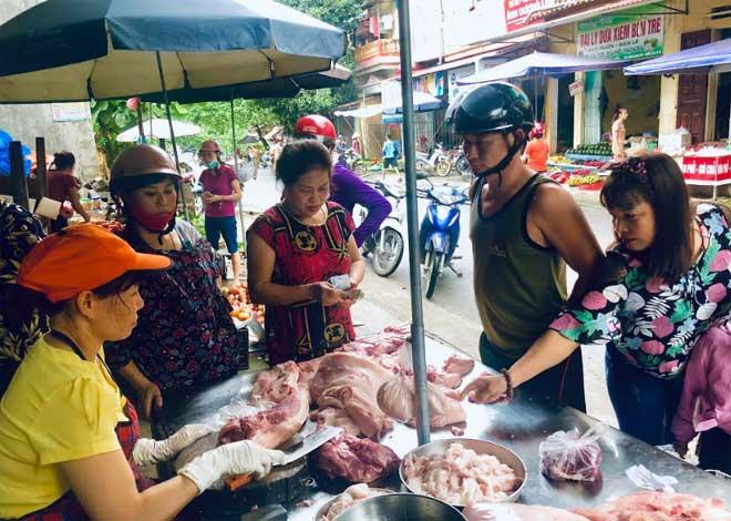 """Giá lợn hơi tăng nhanh khiến giá thịt lợn cũng thi nhau """"nhảy múa""""."""