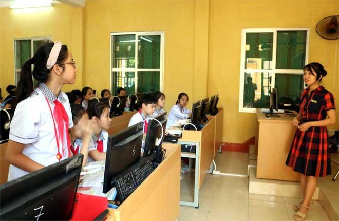 Giờ học tiếng Anh của cô và trò Trường THCS Quang Trung.