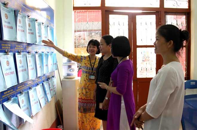 Cán bộ Bộ phận Phục vụ hành chính công phường Đồng Tâm, thành phố Yên Bái hướng dẫn người dân quy trình giải quyết thủ tục hành chính.