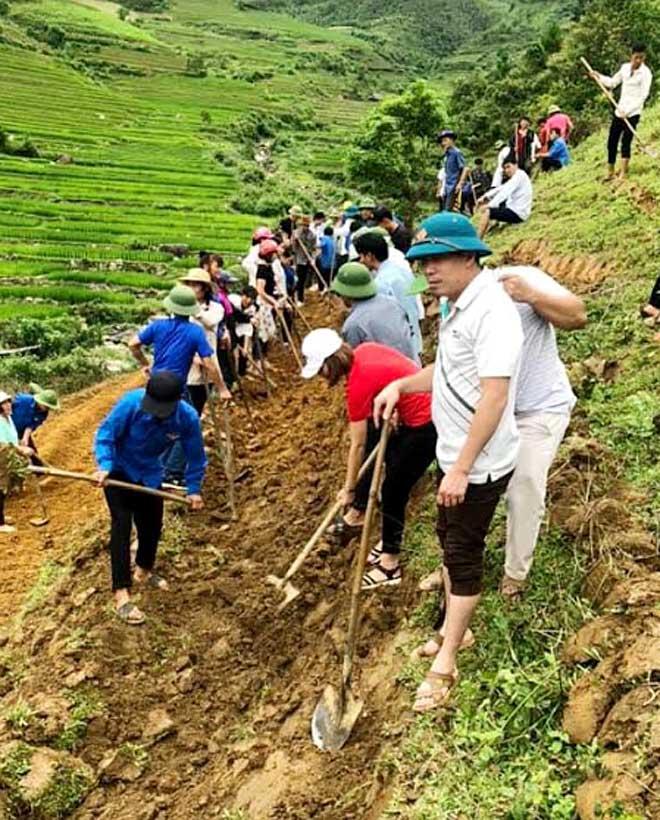 Đông đảo cán bộ, đảng viên, đoàn viên thanh niên xã Cao Phạ giúp dân khai hoang ruộng bậc thang.