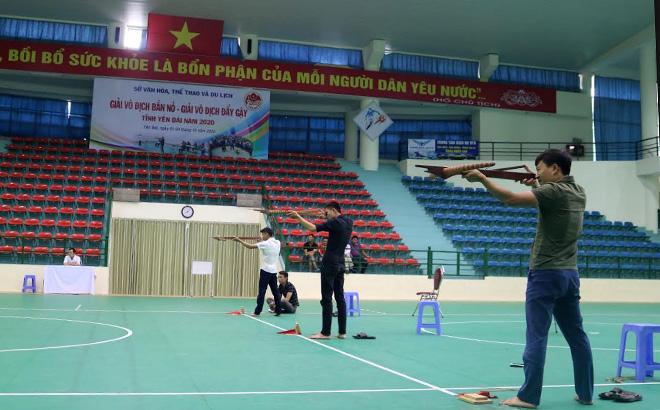 Các VĐV tranh tài ở môn bắn nỏ.