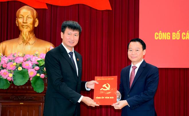 Bí thư Tỉnh ủy, Chủ tịch UBND tỉnh Đỗ Đức Duy trao quyết định và chúc mừng đồng chí Trần Huy Tuấn.