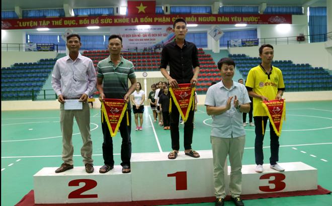 Ban tổ chức trao giải cho đội thi đấu xuất sắc nội dung đồng đội nam đứng bắn, môn bắn nỏ.