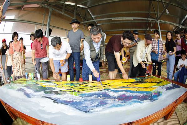 Các họa sĩ cùng nhau vẽ bức tranh ký họa khổ lớn về thung lũng Khau Phạ