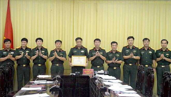 Thừa ủy quyền của Bộ Quốc phòng, Thiếu tướng Trần Ngọc Tuấn - Phó Chính ủy Quân khu trao bằng khen cho Bộ CHQS tỉnh đã có thành tích xuất sắc trong phong trào thi đua